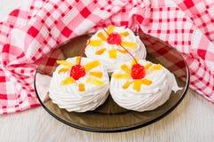 三蛋白甜饼用在棕色板材和方格的餐巾的果子 库存图片