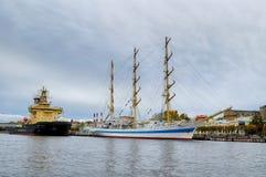 三被上船桅的在码头的船Mir和破冰船莫斯科在内娃河在圣彼德堡,俄罗斯 免版税库存图片