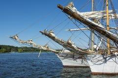 三被停泊的sailingships的船首斜桅 免版税库存图片