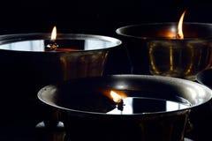 三西藏佛教礼节油灯蜡烛佛教徒修道院特写镜头  库存照片