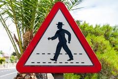 三角与概要走的人的路标 图库摄影