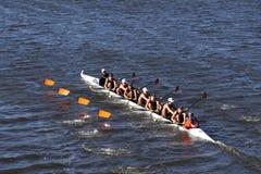 三角划船乘员组在查尔斯赛船会人` s青年时期Eights头赛跑  免版税库存图片