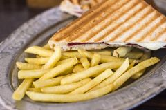 三角多士用乳酪和火腿在老镀锡铁皮有Fr的 图库摄影