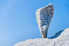 三角岩石在堆积g的温哥华岩石的技巧平衡了 免版税库存照片