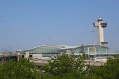 三角洲航空公司终端4和航空交通管制塔在约翰・肯尼迪国际机场在纽约 免版税库存照片
