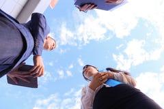 三谈话成功的教育的年轻的商人,震动韩 库存照片