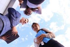 三谈话成功的教育的年轻的商人,震动韩 免版税库存图片