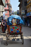 三轮车在thamel街道的尼泊尔样式 库存图片