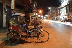 三轮车自行车在都市街道停放在附近 免版税图库摄影