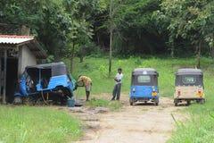 三轮车车间修理在城市的郊区 库存图片