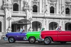 三辆美丽的经典敞蓬车汽车在哈瓦那古巴 库存照片