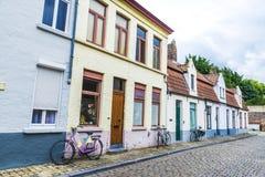 三辆老自行车在一条街道上停放了在布鲁日,比利时 图库摄影