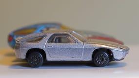 三辆老被打击的玩具汽车 免版税库存图片