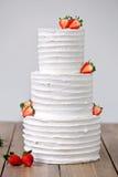 三部分赤裸婚宴喜饼用草莓 免版税库存照片