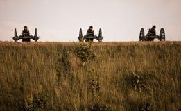 三门军用流动大炮在青山站立在夏天在一天 免版税库存照片