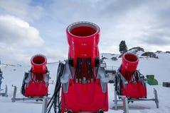 三门雪大炮正面图在高山滑雪胜地的 库存照片