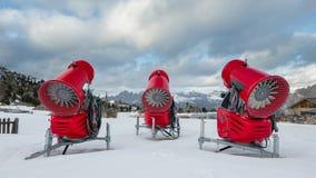 三门雪大炮背面图在高山滑雪胜地的 库存图片