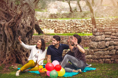 三青年人做selfi在橄榄树下 免版税图库摄影