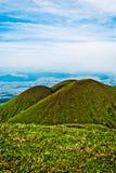 三面对宽地球横向的老火山 库存照片