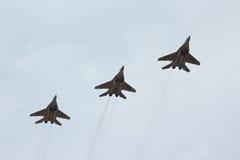 三飞行的俄国喷气式歼击机MIG-29 图库摄影
