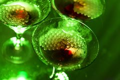 三,在绿色,起泡,酒精饮料的3块香槟玻璃 图库摄影