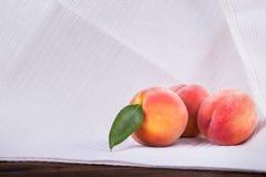 三整个和与绿色叶子的红色桃子在白色背景 健康和有机可口果子 夏天早餐 库存图片