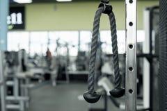 三头肌的块锻炼在健身房 设备健身户外被安置的村庄 图库摄影