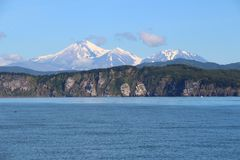三Brata看法与阿瓦恰火山和Kozelsky火山的在背景中 库存照片