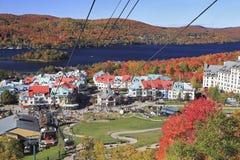 登上、村庄和湖Tremblant在秋天,魁北克 库存照片