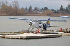 上一架小商业浮游物飞机的乘客 图库摄影