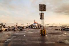 上一架飞机的乘客在哥本哈根机场 免版税库存图片
