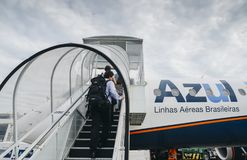 上一架Azul飞机的乘客在里约热内卢,巴西 库存照片