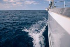 从登上一艘帆船的波浪海上 免版税库存图片