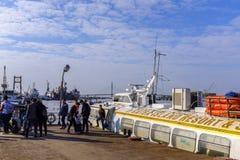 上一艘水翼艇的人们在越南 免版税库存照片