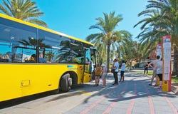 上一辆黄色地方公共汽车的乘客 图库摄影