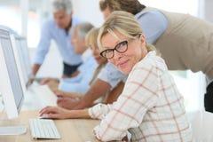 上与其他的资深妇女训练课 免版税库存图片