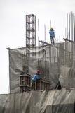 登上与起重机的建筑工人具体模板在期间 库存照片