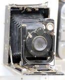 上个世纪的摄影师使用的古老照相机 免版税图库摄影