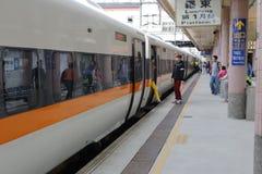 上乘客的乘客和下来的高速火车 免版税库存照片