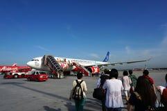 上亚洲航空的乘客 免版税图库摄影