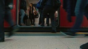 上伦敦地铁管火车的通勤者低角度射击  影视素材