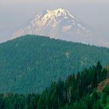 登上充满的杰斐逊在野火阴霾,从铁山山顶, Willamette国家森林,喀斯喀特山脉,俄勒冈 免版税库存图片