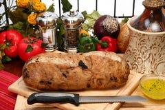 上剪切大面包橄榄 图库摄影