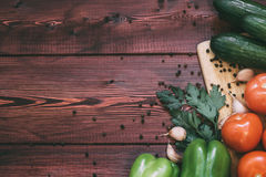 上剪切新鲜蔬菜 蕃茄,黄瓜,甜椒,大蒜,香料 免版税库存图片
