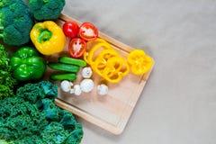 上剪切新鲜蔬菜 免版税库存图片