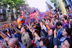 上千群众加入在加泰罗尼亚的首都的街道上的酒吧球员庆祝获得它的第22个同盟冠军的俱乐部 免版税库存图片