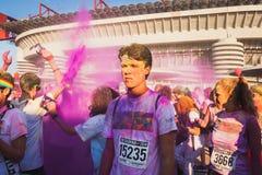 上千群众在颜色奔跑参与2014年在米兰,意大利 免版税库存图片