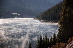 上升一个湖的上面的薄雾在科罗拉多 免版税库存照片