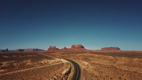 上升上面空的沙漠路的寄生虫显露晴朗的纪念碑谷令人惊讶的不尽的大开空间在美国 股票录像