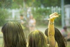 上升与五颜六色的头发头特写镜头的女孩的手在颜色跑事件 软绵绵地集中 库存照片